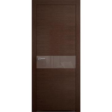 Межкомнатная дверь Crescendo Wenge Alter, выполненная из древесного шпона с центральной вставкой из глянцевого стекла/