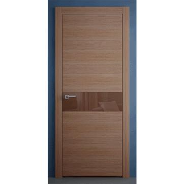 Межкомнатная дверь Crescendo Walnut Alter со специальными панелями из натурального древесного шпона и центральной вставкой из стекла.