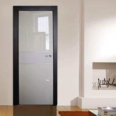 Интерьерная дверь со вставкой из перфорированной кожи от Rezident Design
