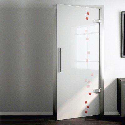 Стеклянная межкомнатная дверь из матового стекла с цветными декоративными элементами.