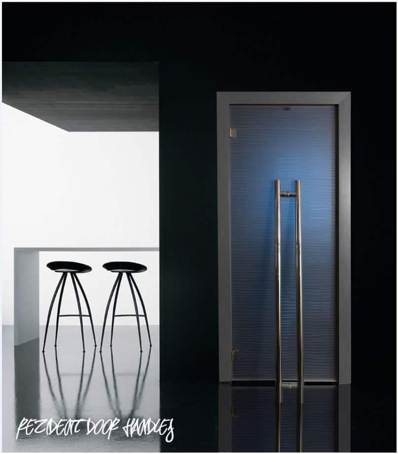 Ручка - скоба для стеклянных дверей G-bracket визуализация в интерьере.